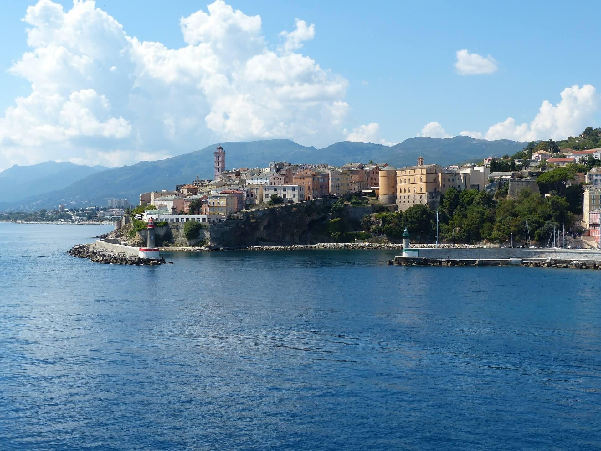 Direktflüge und Billigflüge ab Basel nach Bastia (Korsika)