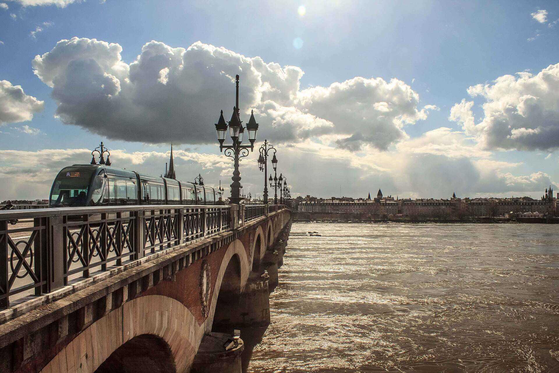 Direktflüge und Billigflüge ab Amsterdam nach Bordeaux
