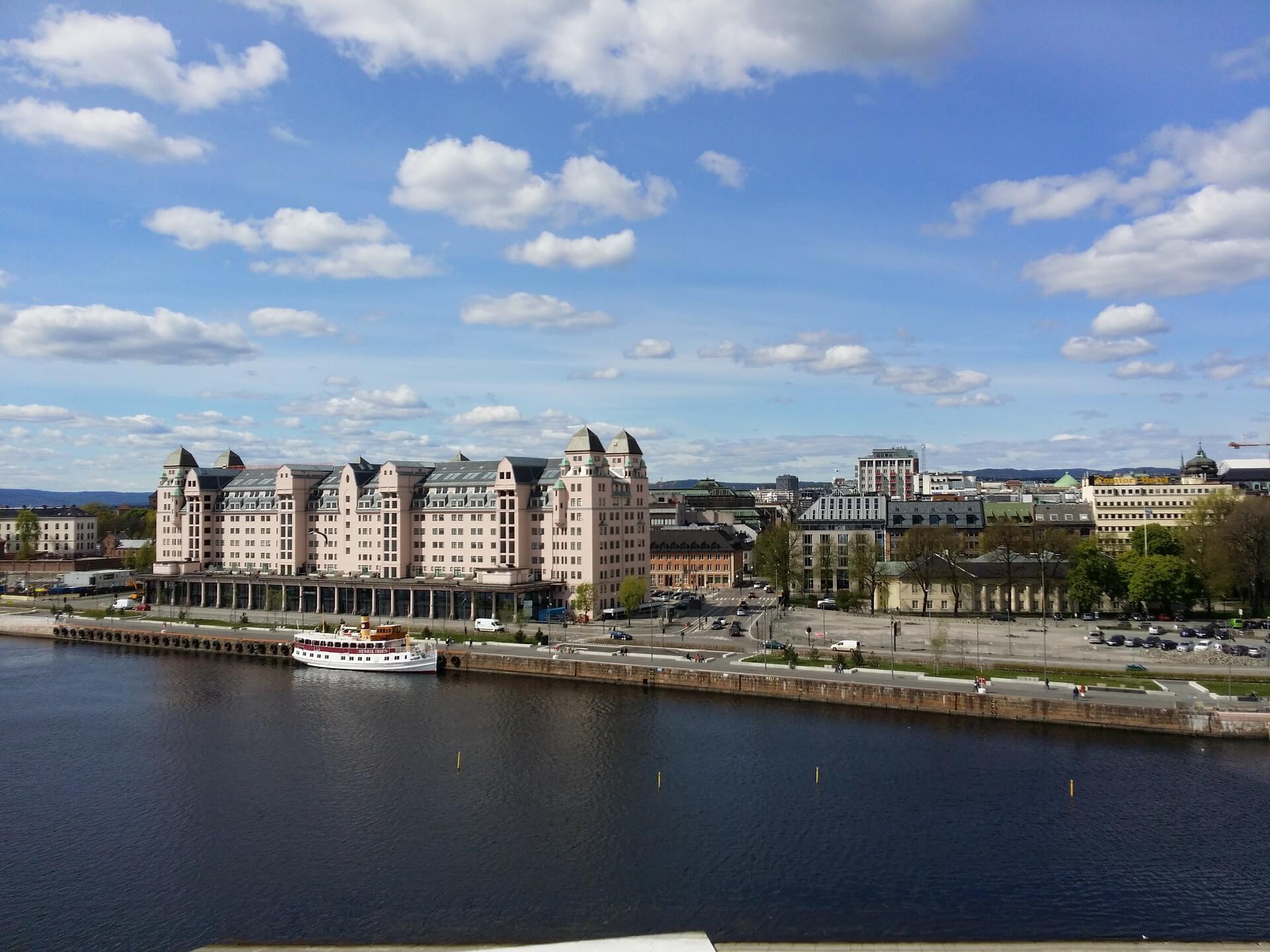 Direktflüge und Billigflüge ab Amsterdam nach Oslo TRF